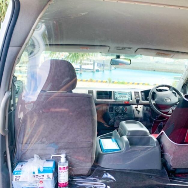 送迎車には飛沫感染予防のビニールシートを配置しております。