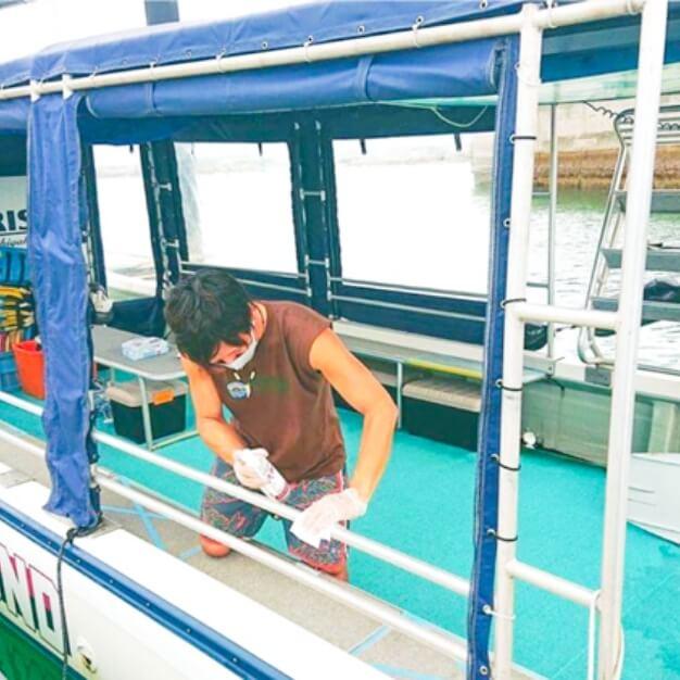 ボートの手すりやドアノブなど、手の触れる箇所は常にアルコール消毒をしております。