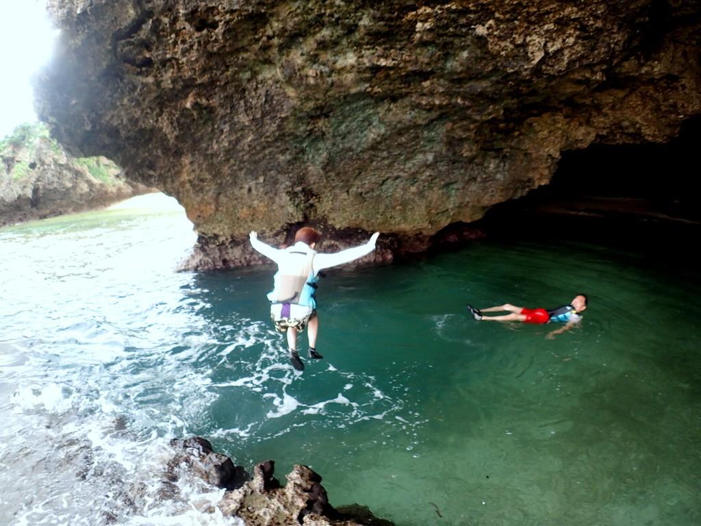 石垣島 青の洞窟へジャンプ!
