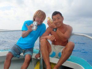 出港と同時にビールを開ける伊藤氏と手作りサンドイッチを楽しむ板井氏。ゴキゲン♪