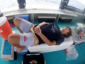 シーズンスタッフの葵が東京からこの日のためだけに戻ってきました。外洋のうねりで船酔い・・