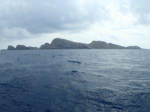 石垣から約1時間でパナリ着。そこから西へさらに1.5時間かけて「仲ノ神島」到着。まぁ~遠かった!あいにくの曇天でした