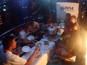 船上で夕飯を。意外と快適